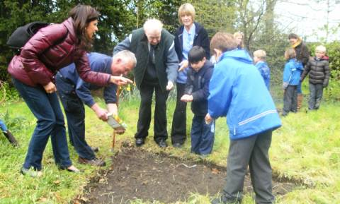 Stapeley pupils and Richmond residents plant for Nantwich