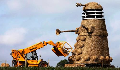 "Snugburys at Nantwich unveils giant straw ""Dalek"" A51 sculpture"