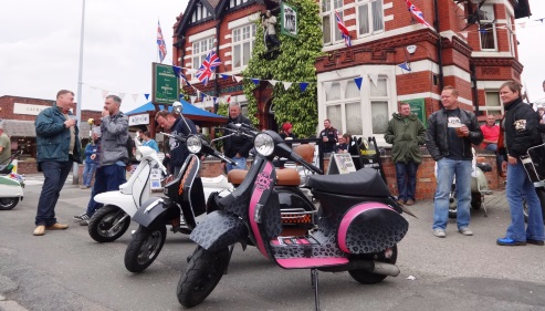 Smell The 2 Stroke - Nantwich - Sun 1-9-13 - front of The Railway Hotel