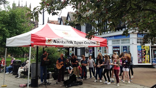 """Nantwich street entertainers """"Baxter"""" perform live in town square"""