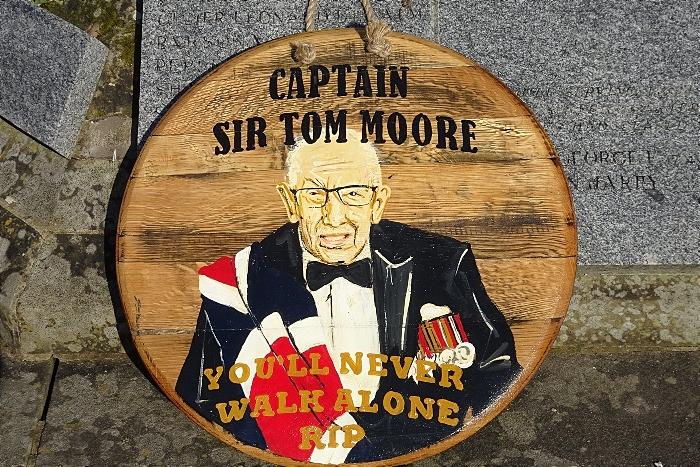 Captain Sir Tom Moore circular plaque by Tony Denton (1)