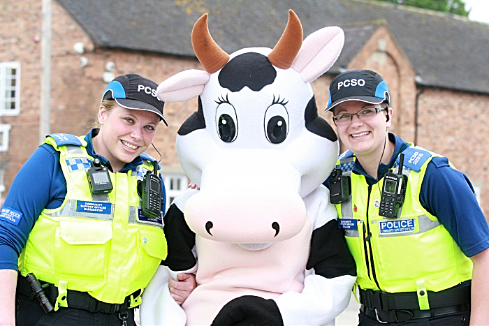 Community Police Officers Alexis Barrington and Vickie Wallace with Student Association mascot (1)