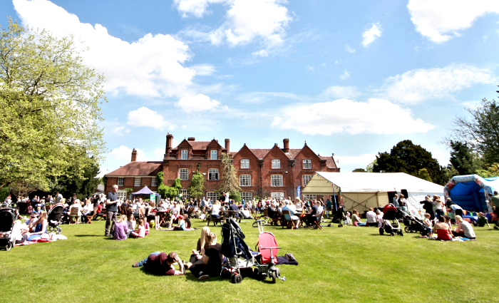 Crowds enjoy the sunshine on the lawn (1)