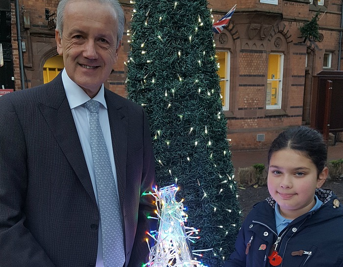 david-pritchard-from-applewood-independent-meets-lilyanna-ahead-of-the-lights-switch-on-to-put-the-star-on-top-of-the-towns-christmas-tree