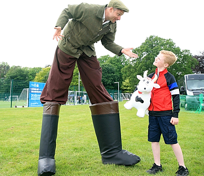 Elliot Hughes, 8 yrs, meets stilt man (1)