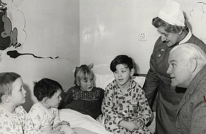 Grant Ferris MP visiting Childrens Ward ca1960