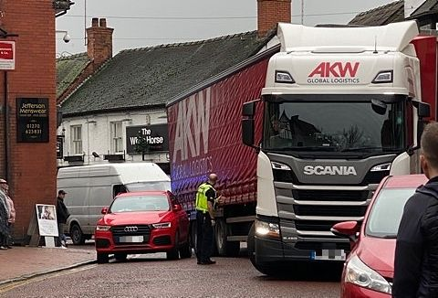 HGV jammed in Nantwich town centre 1_censored