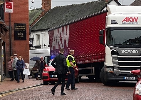 HGV jammed in Nantwich town centre 3
