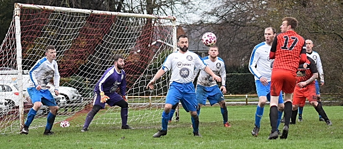 Nantwich Pirates 4 – 2 Audlem - players eye the ball (1)