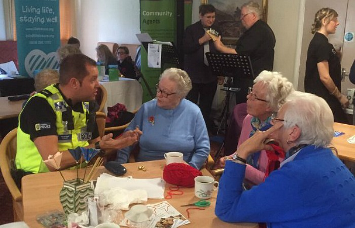 PC Stonier of Nantwich advising elderly on purse thefts and pickpockets