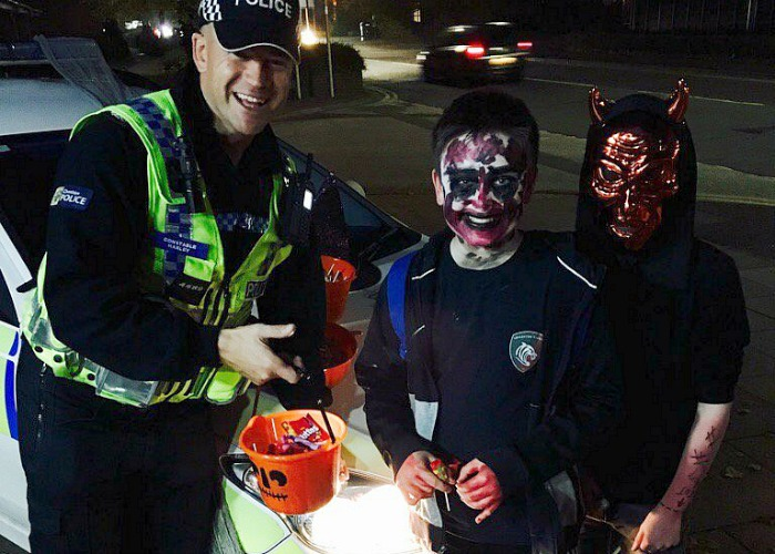 Halloween - pc-marc-harley-with-youngsters-in-town