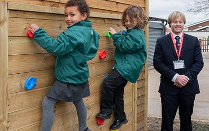 outdoor area - Reception children from Wistaston Academy with Bellway sales advisor Lee Andrews (1) (1)