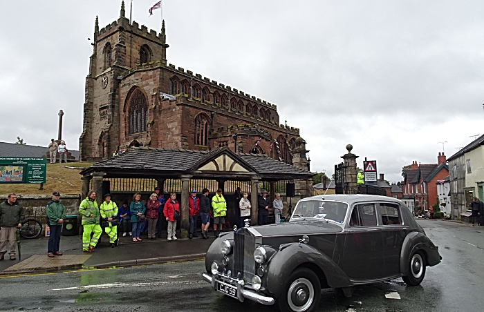Rolls-Royce Silver Dawn in the parade passes St James Church (1)