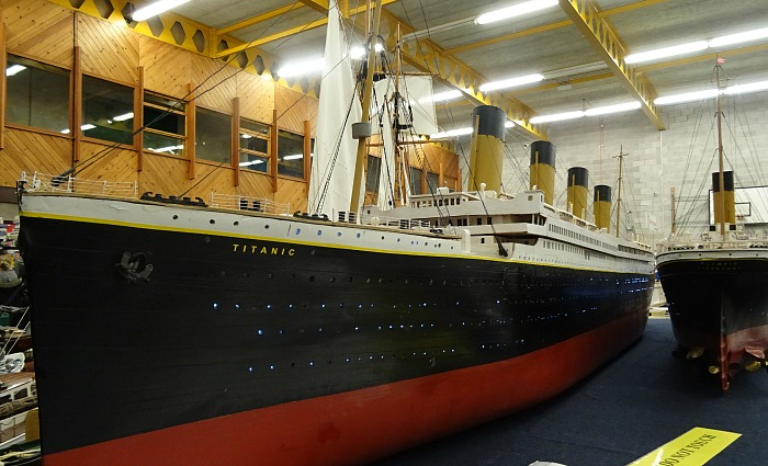 militaire - Scale-model boat display – RMS Titanic and RMS Olympic
