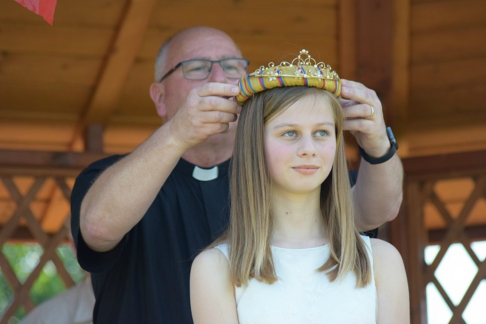 Fete - St Marys Wistaston Rector Mike Turnbull crowns this years Rose Queen Jessica Doano