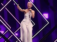 Review: Eurovision singer SuRie at Crewe Lyceum