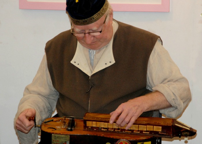 The Hurdy-Gurdy in action