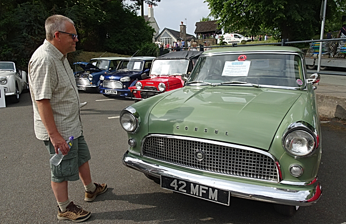 Visitor Mark Ray admires a Ford Consul at The Red Lion (1)