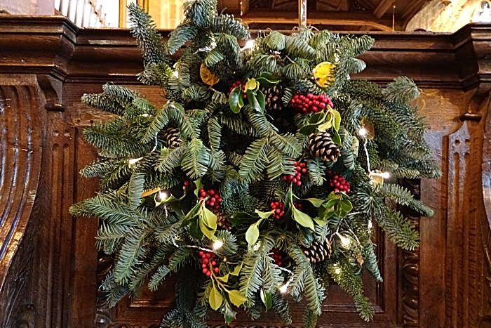 Wreath with natural materials and lights (1)