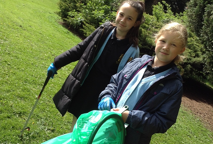 litter pick - Year 5 Pear Tree Pupils getting stuck into Litterpicking at Pear Tree (1)