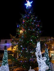 town-square-christmas-tree-and-decorations